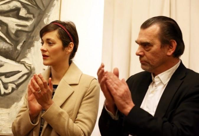 Marion Cotillard lors du vernissage de l'exposition de Florence Cassez à Paris, 6 décembre 2012.