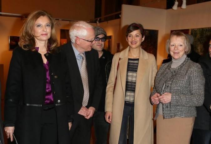 Valérie Trierweiler et Marion Cotillard aux côtés de Bernard et Charlotte Cassez lors du vernissage de l'exposition de Florence Cassez à Paris,...