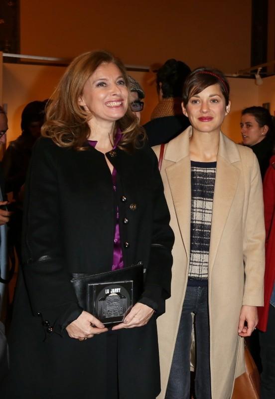 Valérie Trierweiler et Marion Cotillard lors du vernissage de l'exposition de Florence Cassez à Paris, 6 décembre 2012.