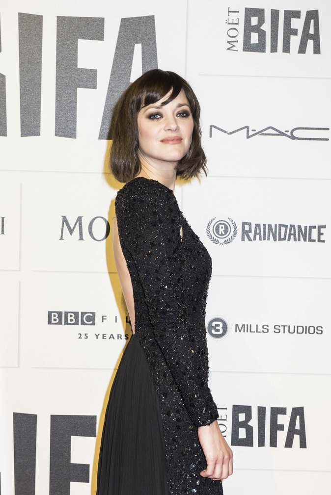 Photos : Marion Cotillard : sourire charmeur et dos nu sexy, la frenchy brille de mille feux sur le red carpet britannique !