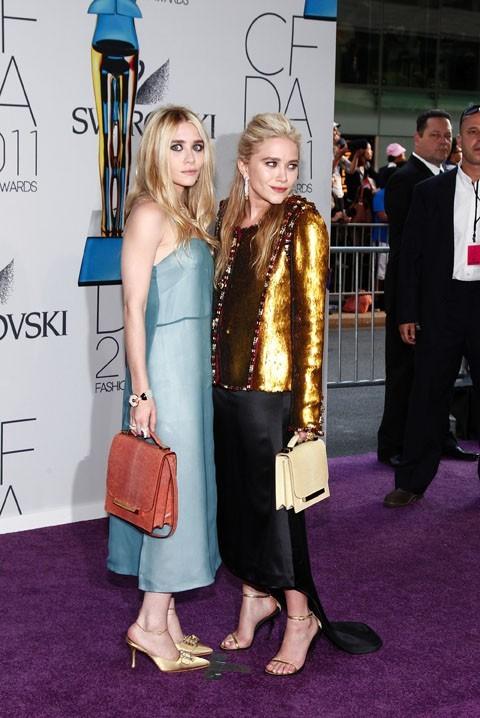 Mary-Kate Olsen, à droite, porte une veste Chanel et une jupe The Row !