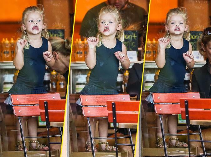 Maxwell Simpson-Johnson : une adorable baby girl qui sait d�j� comment taquiner les paparazzi !