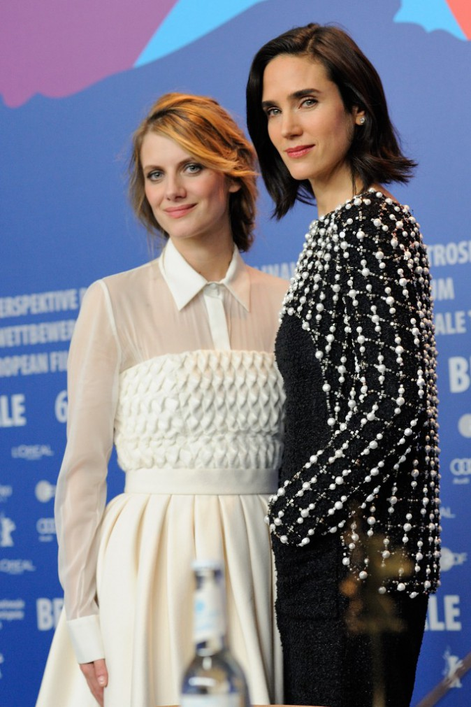 "Mélanie Laurent et Jennifer Connelly lors du photocall du film ""Aloft"" à Berlin, le 12 février 2014."