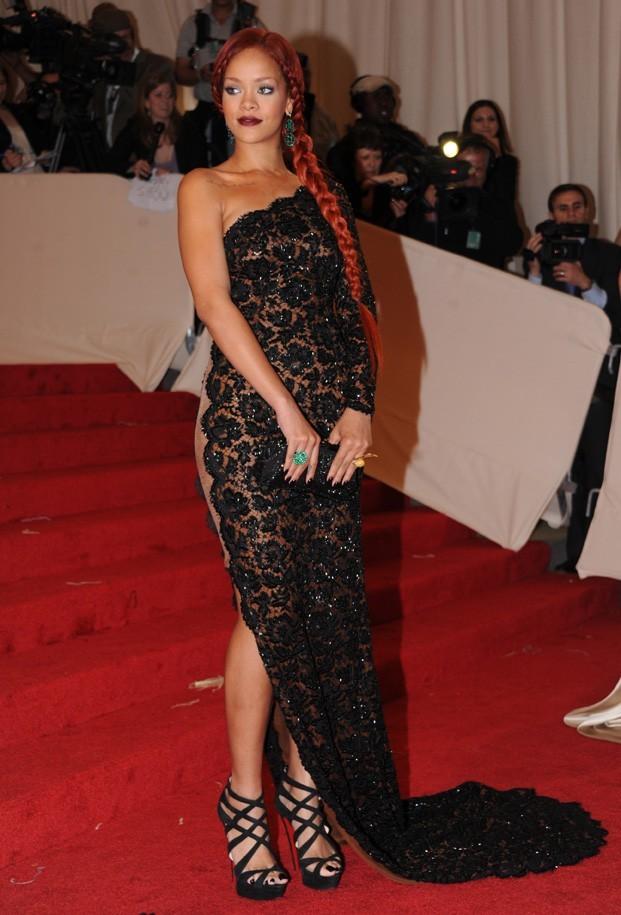 Sublime dans sa robe en dentelle noire...