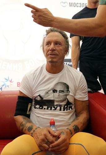 Mickey Rourke lors d'un entraînement de boxe à Moscou, le 11 août 2014, avec un t-shirt à l'effigie de Poutine