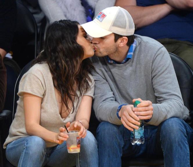 Mila Kunis et Ashton Kutcher au Staples Center de Los Angeles le 19 décembre 2014