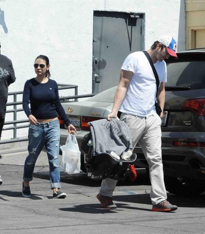 Mila Kunis et Ashton Kutcher : déjeuner en famille sous le soleil de L.A. !