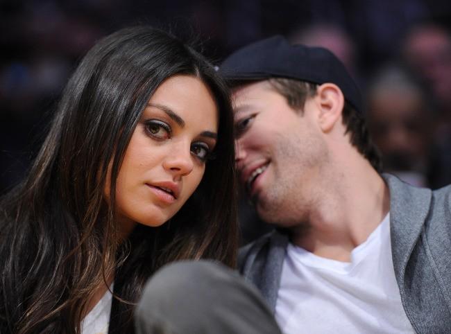 Mila Kunis et Ashton Kutcher lors d'un match de basket à Los Angeles, le 12 février 2013.
