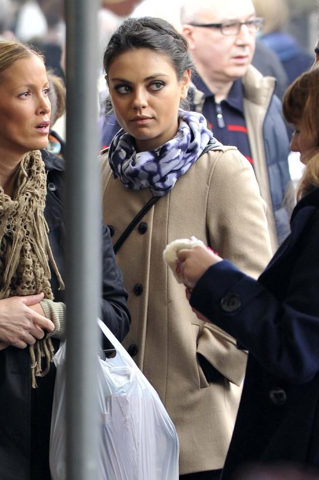 Mila Kunis sur le marché de Porta Portese de Rome le 18 novembre 2012