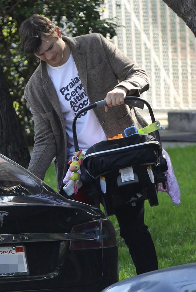 Photos : Mila Kunis : vraie fille à maman pendant qu'Ashton Kutcher se la joue papa poule !