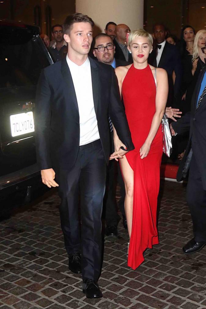 Miley Cyrus : avec son chéri, fini les looks déjantés et place au glamour !