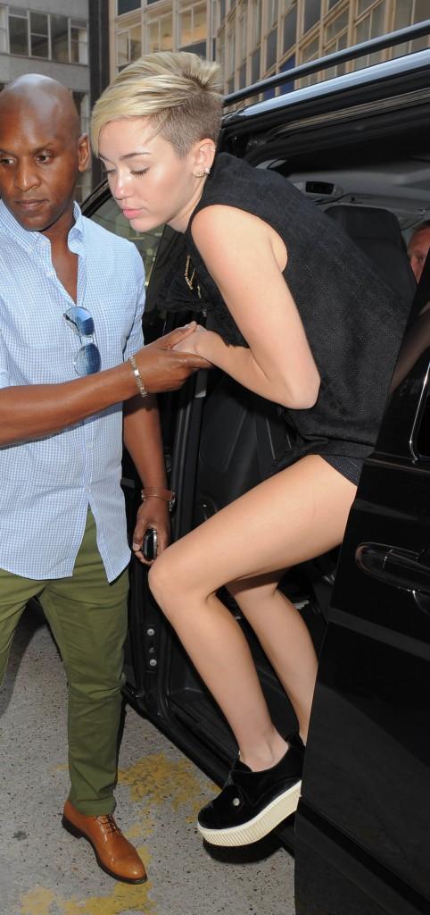 D'un pas décidé, Miley est prête à tout dévaliser !
