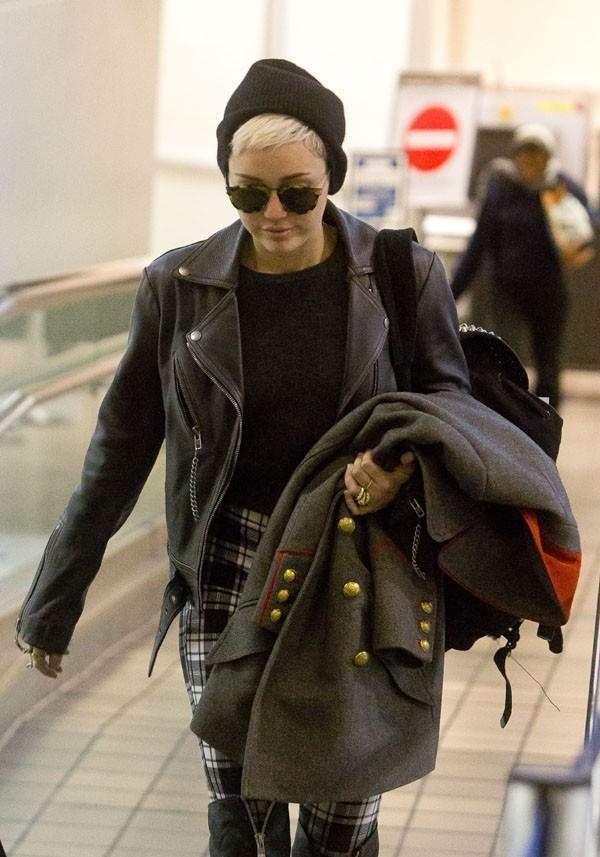 Miley Cyrus avec sa maman, Tish, à l'aéroport de Los Angeles le 15 février 2013