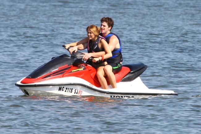 Miley Cyrus et Liam Hemsworth en amoureux sur le lac Orchard dans le Michigan, le 31 juillet 2011.