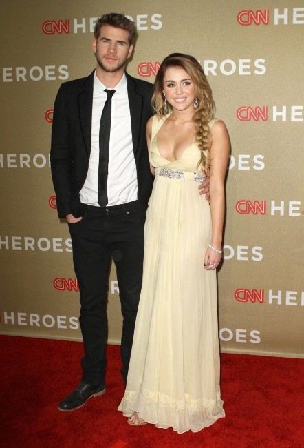 Miley Cyrus et Liam Hemsworth lors de la soirée CNN Heroes : An All-Star Tribute à Los Angeles, le 11 décembre 2011.