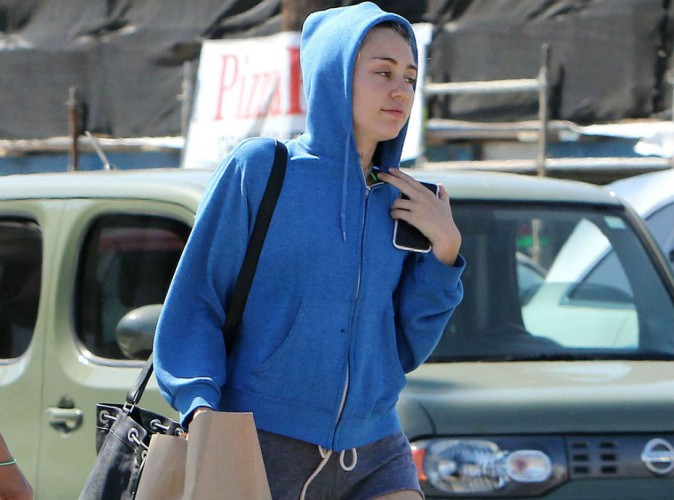 Miley Cyrus : fesses à l'air, elle a vu un peu juste avec son petit short !