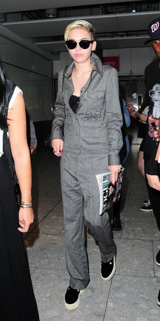 Miley Cyrus à son arrivée à l'aéroport d'Heathrow de Londres le 17 juillet 2013