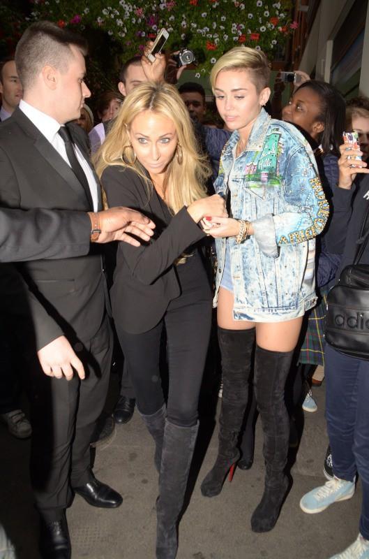 Miley Cyrus en promo à Londres, avec sa mère Tish, le 11 septembre 2013.