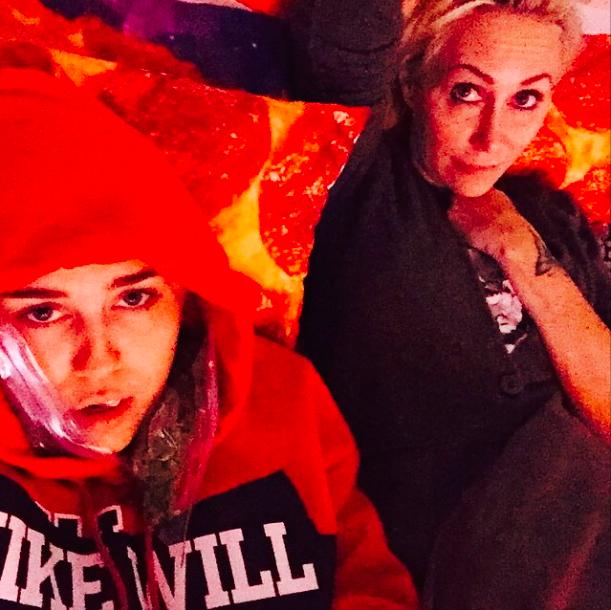 Miley Cyrus : même en pleine souffrance, elle trouve le moyen de plaisanter !