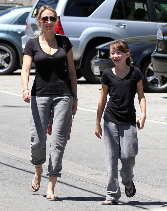 Sa mère et sa soeur en mode super décontractées !