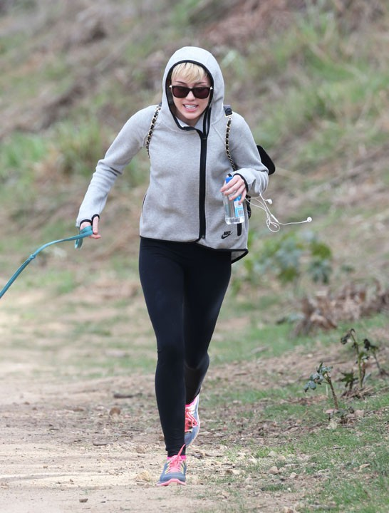 Miley Cyrus en balade avec sa chienne Mary Jane à Beverly Hills el 12 janvier 2014