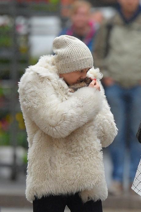 Miley Cyrus avec son nouveay chien à New-York le 5 avril 2014