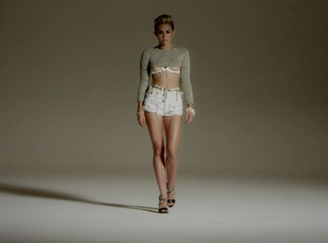 "Miley Cyrus dans le clip ""Fire"" de Big Sean"