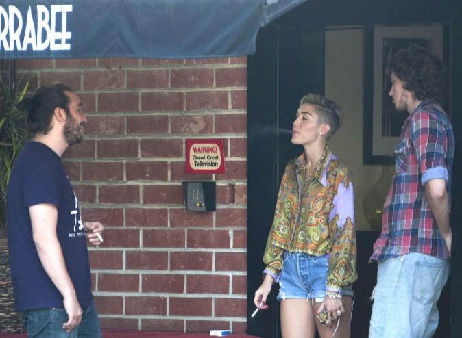 Miley Cyrus fume devant un studio d'enregistrement à Los Angeles