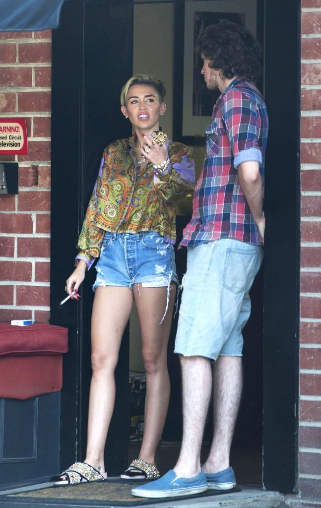 Pause cigarette pour Miley Cyrus