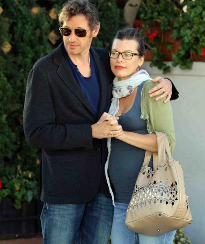 Milla Jovovich : enceinte, heureuse et amoureuse, l'actrice est rayonnante !