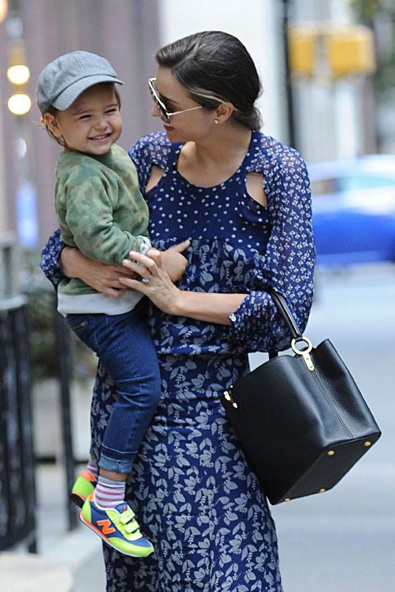 Miranda Kerr avec Flynn dans les rues de New-York le 20 octobre 2013