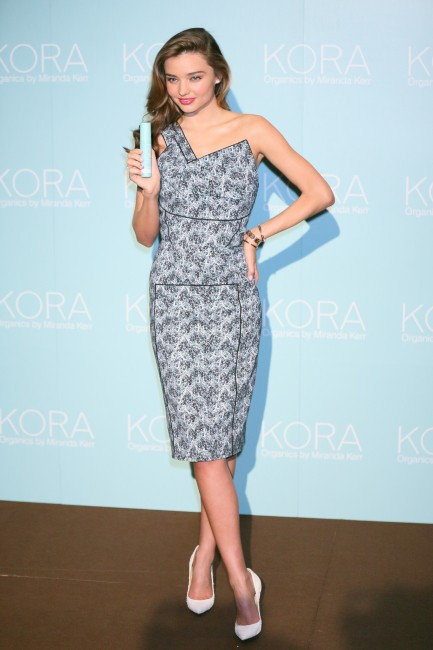 Miranda Kerr en promo pour sa marque de soins Kora Organics au Japon, le 22 juillet 2013.