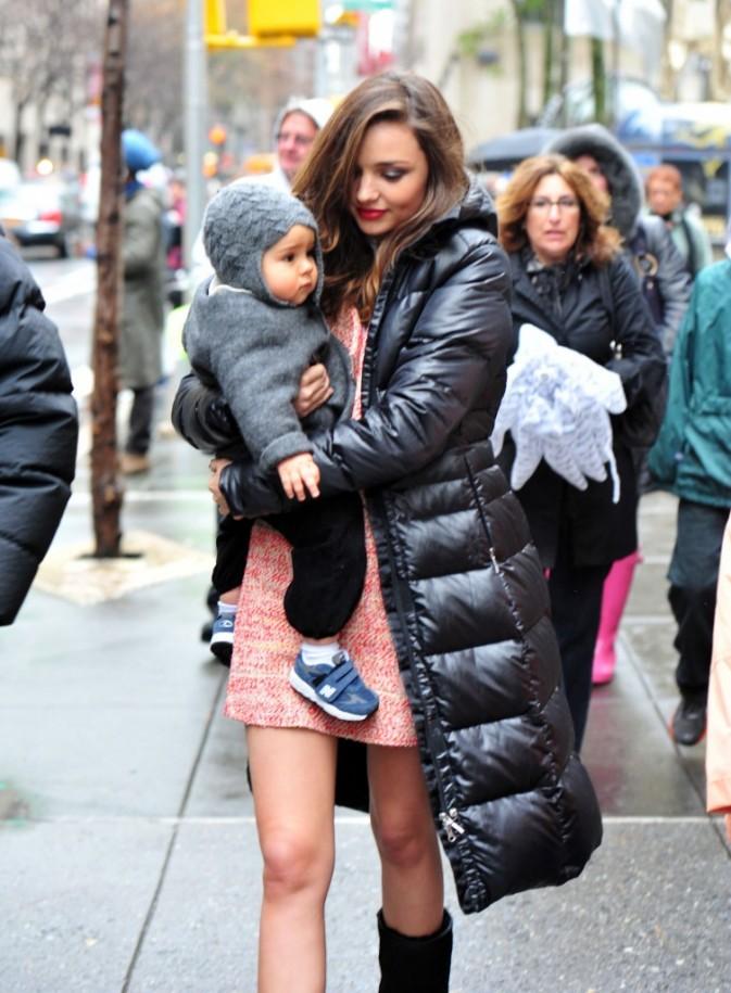Miranda Kerr et son fils Flyn quittant le Rockefeller Center à New York, le 23 novembre 2011.
