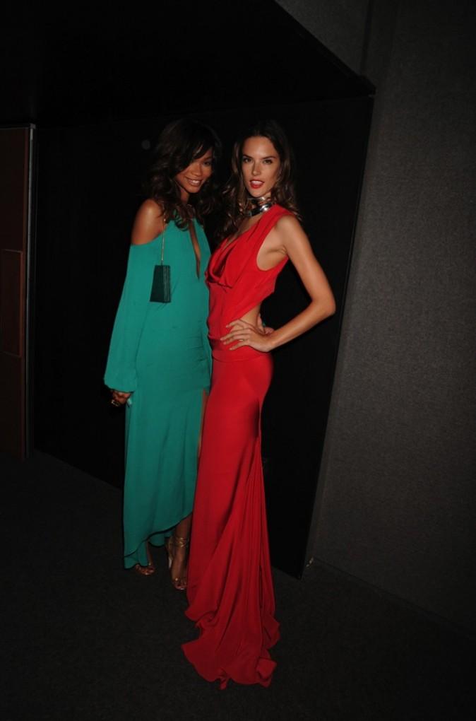 Alessandra Ambrosio et Chanel Iman lors de la cérémonie des CFDA Fashion Awards à New York, le 7 juin 2011.