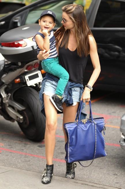 Miranda Kerr et son fils Flynn en plein shopping à New York, le 28 juillet 2013.