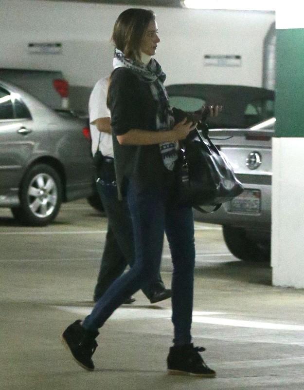 Miranda Kerr essaye de planquer sa minerve