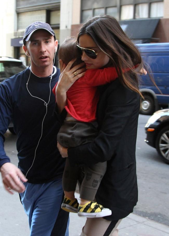 Miranda Kerr tient son fils collé-serré ...