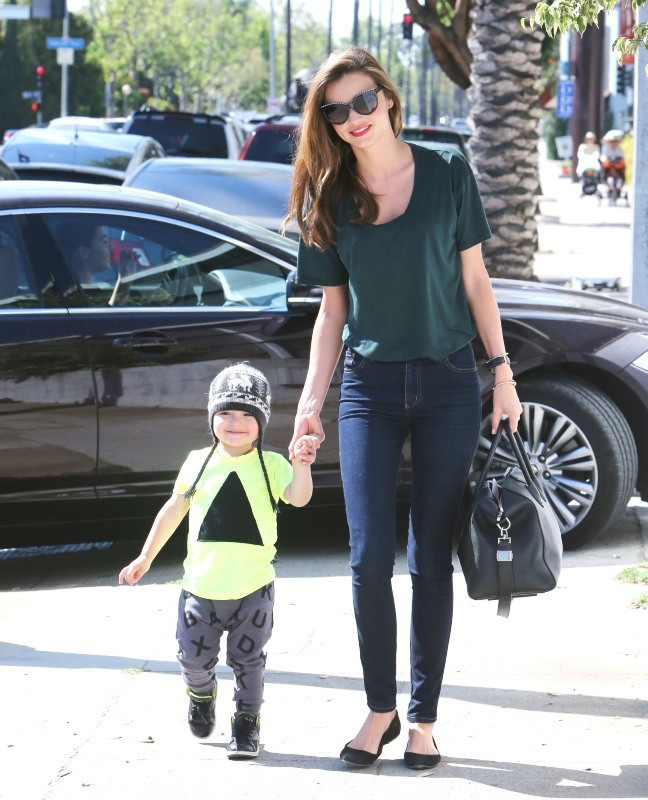 Miranda Kerr arrive chez Romp avec son fils à West Hollywood, le 11 avril 2013.
