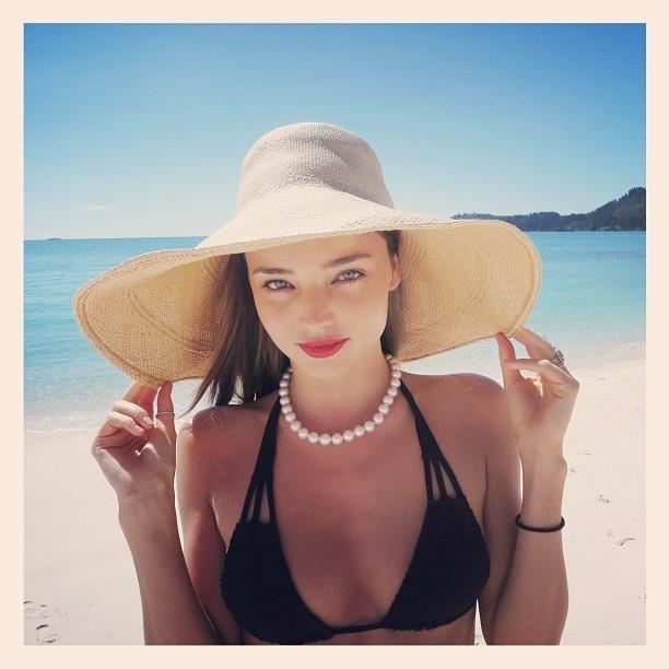 Miranda est divine sur la plage abandonnée