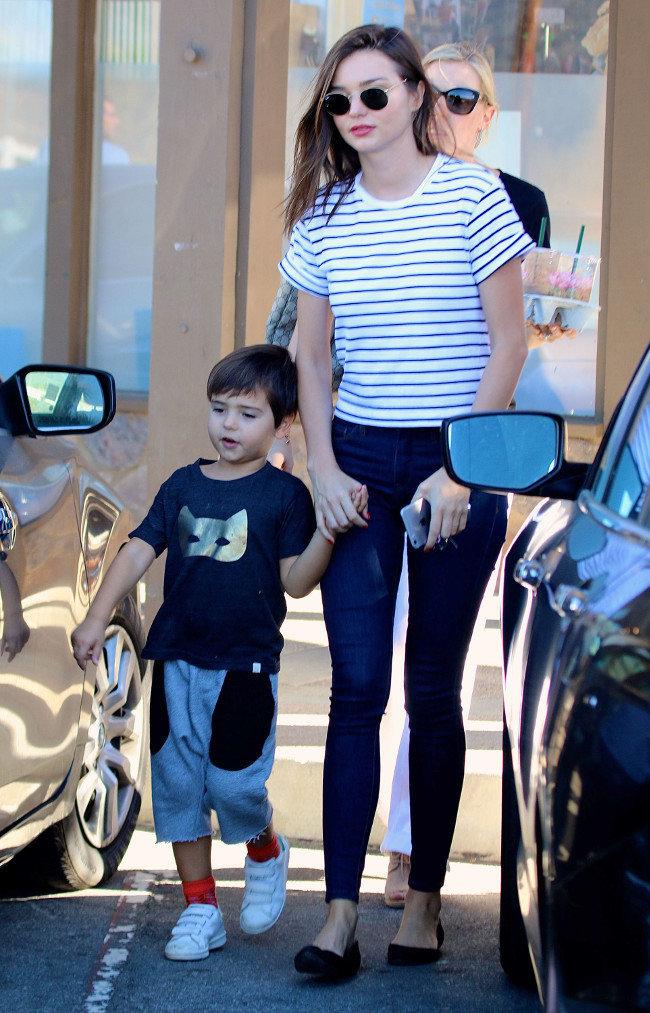 Miranda Kerr et son fils Flynn à Malibu le 1er novembre 2015