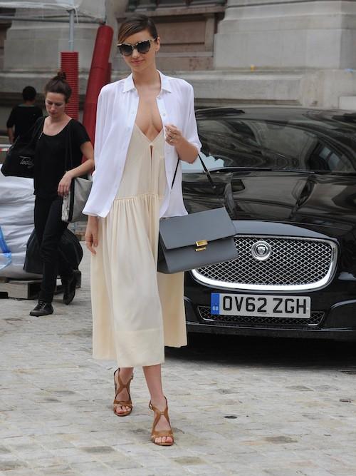 Photos : Miranda Kerr : un décolleté qui en dévoile un peu trop à Paris !