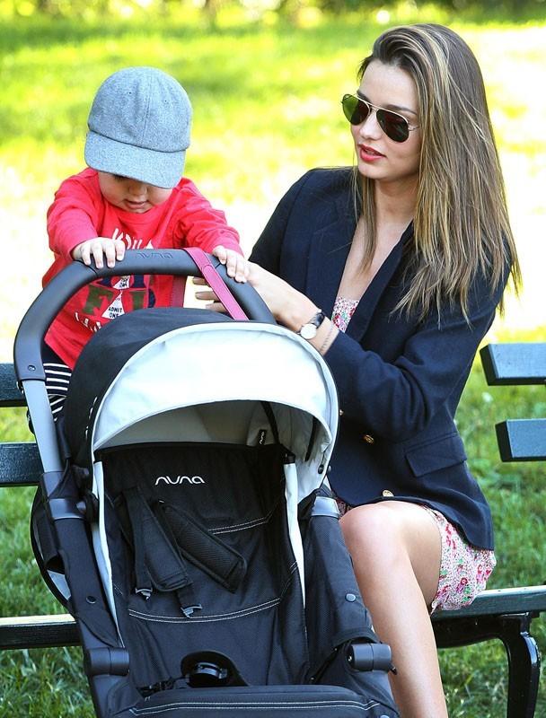 Miranda Kerr et son fils au parc