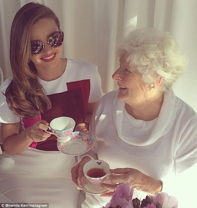 Miranda Kerr et sa grand-mère Ann à Sydney, le 16 mai 2014.