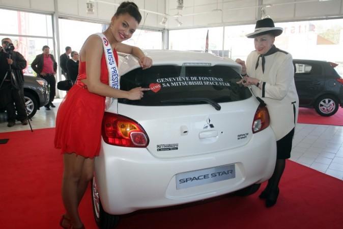 La Dame au Chapeau aime sa voiture !