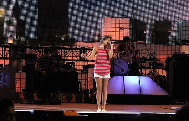 Selena, un mini-pouce sur scène !