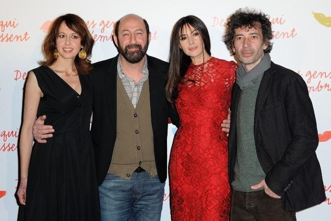 """Valerie Bonneton, Kad Merad, Monica Bellucci et Eric Elmosnino lors de la première du film """"Des gens qui s'embrassent"""" à Paris, le 1er avril 2013."""