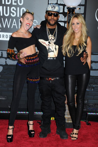 Miley Cyrus, Mike Will et Tish Cyrus lors des MTV VMAs à New York, le 25 août 2013.