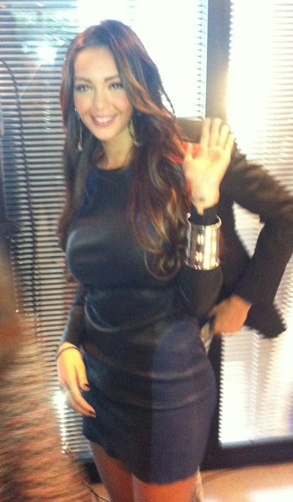 """Nabilla Benattia lors de la conférence de presse de sa télé-réalité """"Allo Nabilla"""" à Paris, le 21 octobre 2013."""