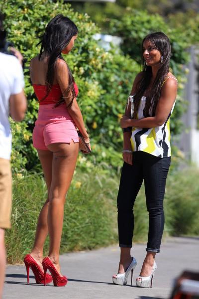 Nabilla Benattia et Laura Coll sur le tournage d'Hollywood Girls à Los Angeles, le 30 juillet 2013.