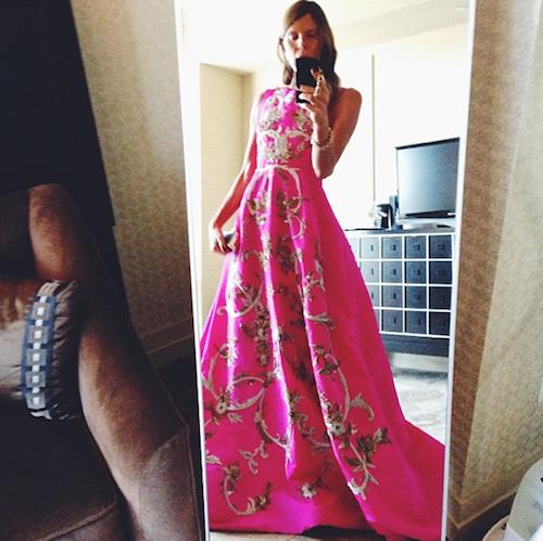 Anna Dello Russo rend hommage à Oscar de la Renta en enfilant une de ses robes